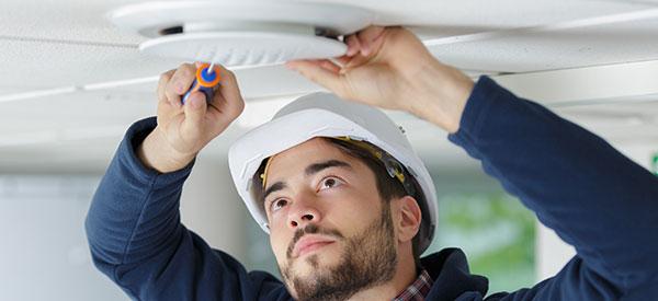 Un détecteur de fumée est l'outil essentiel pour éviter les feux, tel qu'énoncé par Soumissions Protection.
